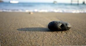Pedra e a praia Foto de Stock