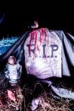 Pedra e sangue do túmulo da decoração r.i.p de Dia das Bruxas Fotos de Stock Royalty Free