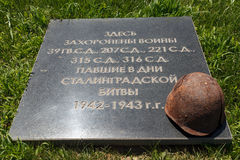 Pedra em uma sepultura maciça, o capacete de um soldado Imagem de Stock Royalty Free