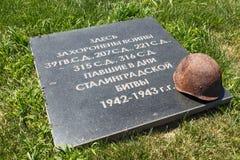 Pedra em uma sepultura maciça, o capacete de um soldado Fotografia de Stock