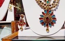 A pedra encheu mulheres indianas forma a joia artificial ou de imitação na exposição de uma loja varejo imagem de stock