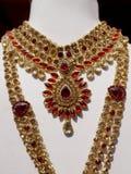 A pedra encheu mulheres indianas forma a joia artificial ou de imita??o na exposi??o de uma loja varejo foto de stock