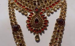 A pedra encheu mulheres indianas forma a joia artificial ou de imita??o na exposi??o de uma loja varejo imagens de stock