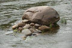 Pedra enorme no rio imagens de stock