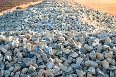 Pedra esmagada para construir uma estrada que estenda imagens de stock royalty free
