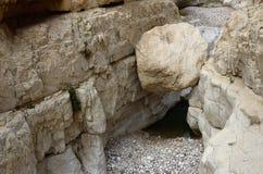 Pedra grande da esfera no ` do Murabba do barranco na garganta, deserto de Judean, Israel, marco natural famoso Imagem de Stock