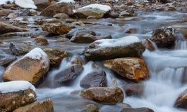 Pedra grande na água congelada foto de stock