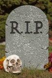 Pedra grave com crânio Imagem de Stock Royalty Free