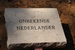 A pedra grave nomeou Onbekende Nederlander Dutch desconhecido no campo da honra em Loenen, onde soldados, membros da resistência, foto de stock