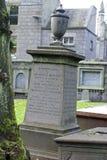 Pedra grave velha em Kirk de São Nicolau em Aberdeen, Escócia imagens de stock