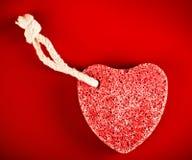 Pedra Heart-shaped com corda imagens de stock