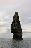 Pedra isolada nos penhascos de Moher, Irlanda Fotografia de Stock