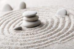Pedra japonesa da meditação do jardim do zen para a areia da concentração e do abrandamento e rocha para a harmonia e equilíbrio  Imagem de Stock