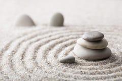 Pedra japonesa da meditação do jardim do zen para a areia da concentração e do abrandamento e rocha para a harmonia e equilíbrio  Fotografia de Stock Royalty Free