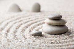 Pedra japonesa da meditação do jardim do zen para a areia da concentração e do abrandamento e rocha para a harmonia e equilíbrio  Imagens de Stock Royalty Free
