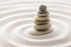 Pedra japonesa da meditação do jardim do zen para a areia da concentração e do abrandamento e rocha para a harmonia e equilíbrio  Foto de Stock Royalty Free