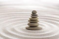 Pedra japonesa da meditação do jardim do zen para a areia da concentração e do abrandamento e rocha para a harmonia e equilíbrio  Fotos de Stock Royalty Free