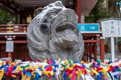 Pedra Lion Statue no jinja de Nikko Futarasan, Nikko, Japão imagens de stock royalty free