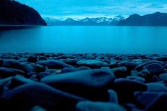 Pedra lisa da praia na costa na meia-noite em Alaska Foto de Stock Royalty Free