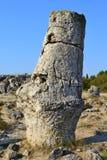 Pedra longa grande que está na areia em uma prisão militar quente da manhã do verão imagem de stock royalty free