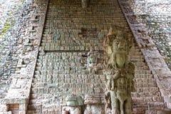 Pedra maia da cara que cinzela Honduras arqueol?gicos do local de Copan Ruinas imagens de stock royalty free