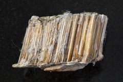 Pedra marrom áspera do asbesto no fundo escuro fotos de stock