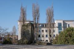 Pedra memorável em Ulica Mila 18, o depósito das matrizes de soldados da resistência judaicos no gueto de Varsóvia, Polônia imagens de stock royalty free