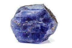 Pedra mineral da turmalina azul macro no fundo branco imagens de stock royalty free