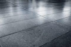 Pedra molhada velha estrada pavimentada da rua da avenida foto de stock royalty free