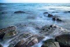 A pedra na exposição longa do oceano Fotos de Stock Royalty Free