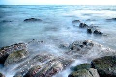 A pedra na exposição longa do oceano Foto de Stock