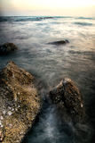 A pedra na exposição longa do oceano Fotos de Stock