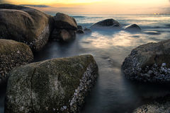 A pedra na luz longa da exposição do oceano Imagem de Stock Royalty Free