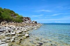 A pedra na praia com o mar azul na ilha de Koh Chang em Tailândia Fotografia de Stock