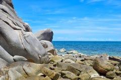 A pedra na praia com o mar azul na ilha de Koh Chang em Tailândia Imagens de Stock Royalty Free