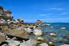 A pedra na praia com o mar azul na ilha de Koh Chang em Tailândia Fotos de Stock