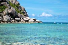 A pedra na praia com o mar azul na ilha de Koh Chang em Tailândia Fotografia de Stock Royalty Free