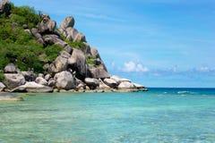 A pedra na praia com o mar azul na ilha de Koh Chang em Tailândia Foto de Stock Royalty Free