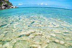 A pedra na praia com o mar azul na ilha de Koh Chang em Tailândia, com lente de fisheye Imagem de Stock