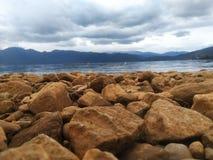 Pedra no banco de rio fotografia de stock royalty free