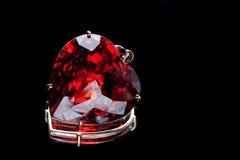 Pedra preciosa heart-shaped do rubi imagem de stock