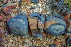 Pedra quebrada pelos efeitos de mudanças de temperatura fotos de stock