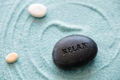 A pedra relaxa em uma areia azul Fotografia de Stock