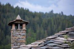 A pedra tradicional de Rhodopean construiu a chaminé fotos de stock