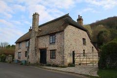 A pedra velha construiu a casa de campo na vila rural Fotos de Stock Royalty Free