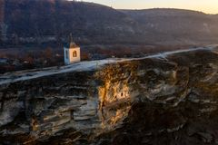 A pedra velha de Orhei cinzelou a igreja no por do sol Vista aérea, Moldova com referência a foto de stock royalty free