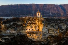 A pedra velha de Orhei cinzelou a igreja no por do sol Vista aérea, Moldova com referência a fotos de stock royalty free
