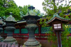 Pedra velha e lanterna de madeira do santuário do shintoism no Tóquio imagens de stock royalty free