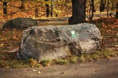 Pedra velha no parque do coelho (parque de Krolikarnia) em Varsóvia poland Fotos de Stock
