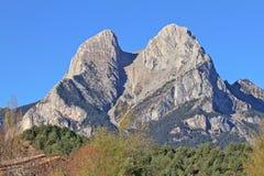 Pedraforca berg i den CadiMoixero bergskedjan royaltyfri fotografi
